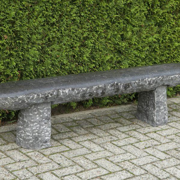 Krokodil tijd, afmeting: 180 x 25 x 50 cm. Materiaal: Belgisch hardsteen, 2e leven, Co2 arm product. Ontwerp: Niek Wittebrood, copyright, 2006.