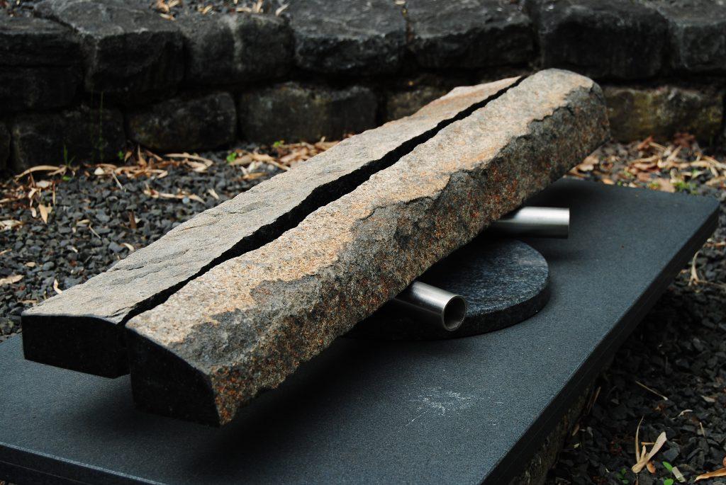 110 x 26 x 18 cm. Zwart Zweeds, Impala, r.v.s., vilt/polystyreen. Copyright 2017. Dit klank beeld is geïnspireerd op de Xalaparte, een oud Baskisch instrument, gebruikt voor communicatie. Door twee mensen te bespelen met stokken.