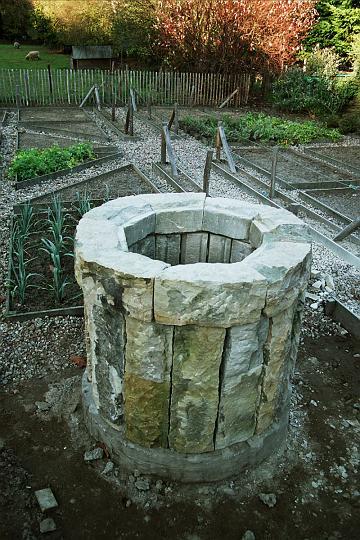 Van oude zandstenen dorpels heb ik deze waterput gemaakt. De oude basis was door de tuinaanleg weer gevonden en is nu opnieuw opgebouwd. (Wilp). Formaat 100 x 100 cm. Randdikte ca 23 cm. In verstek. Het oppervlak is gedeeltelijk gespitst om een authentiek uiterlijk te krijgen.