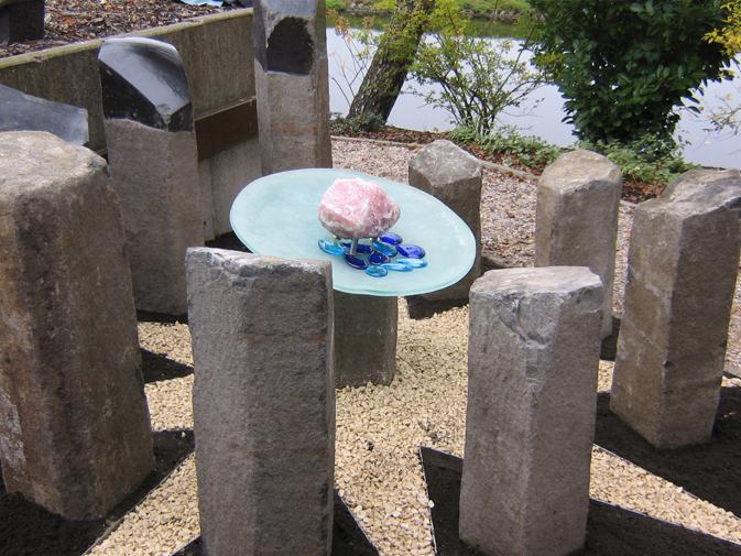 Dit monument, bestaande uit 9 basalt zuilen, glas, rozenkwarts en r.v.s rand in de vorm van een ster is door Niek Wittebrood in 2007 ontworpen en gerealiseerd en geplaatst met de intitiatief nemers van de Parochie Johannes de Doper, Wilnis.