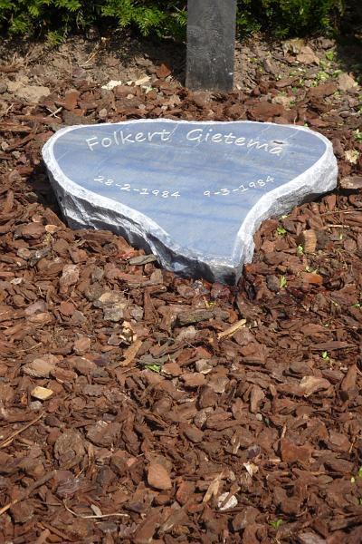 Materiaal Azul Bahia. Deze steen is een vervanging van een eerdere steen die niet meer beviel. Als extra is op deze zg. kussensteen een gehakte rand rondom gemaakt. De vorm van de steen is gejopt in de vorm van een hart, Prijzen op aanvraag.
