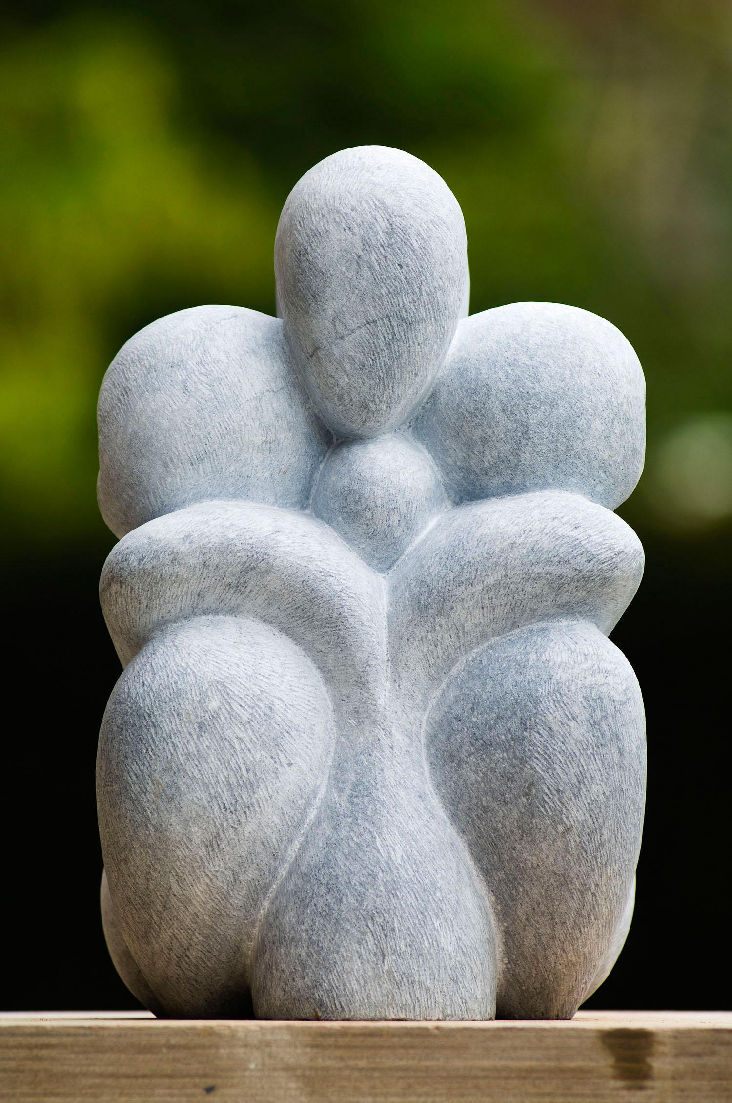 Dit beeldhouwwerk in Bardiglio Marmer heeft als thema liefde en vloeibaarheid. De figuren vloeien als het ware in elkaar over of door elkaar heen. Formaat: 25 x 22 x 40 cm.