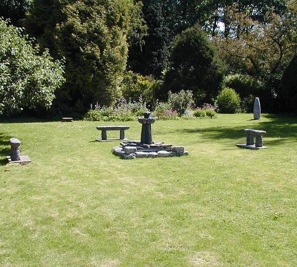 Hier staan de fontein en tuin banken Denkeiland in een strak opgestelde formatie zoals je dat kunt voorstellen in een park of tuin. op de achtergrond het beeld Menhir.