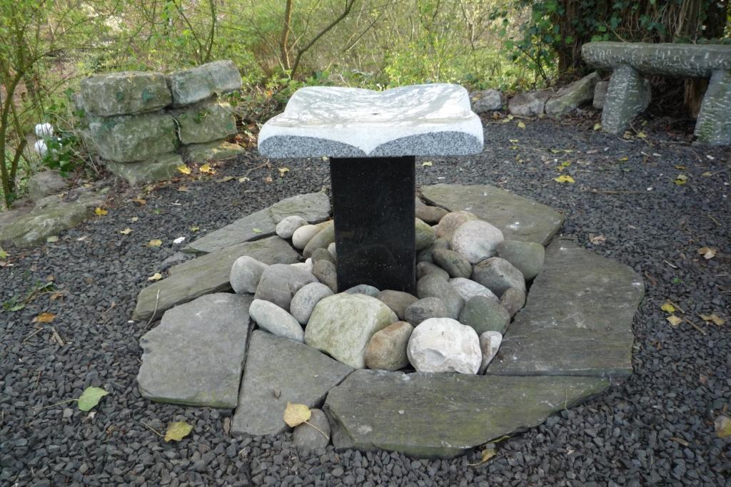 Deze fontein gemaakt vanuit het vierkante platte schaal met een samengestelde granieten voet werkt heel mooi als fontein-borrelsteen. Het water golft zachtjes cirkelvormig naar de 4 overlopen in een straaltje naar beneden en vormt daarmee de bloem. Perfect voor een binnentuin of patio. Formaat: 50 x 50 x 50 cm. Materiaal: Wit graniet, Star Galaxy gepolijst. Genieten en kijken naar de vogels zijn hier de sleutelwoorden.