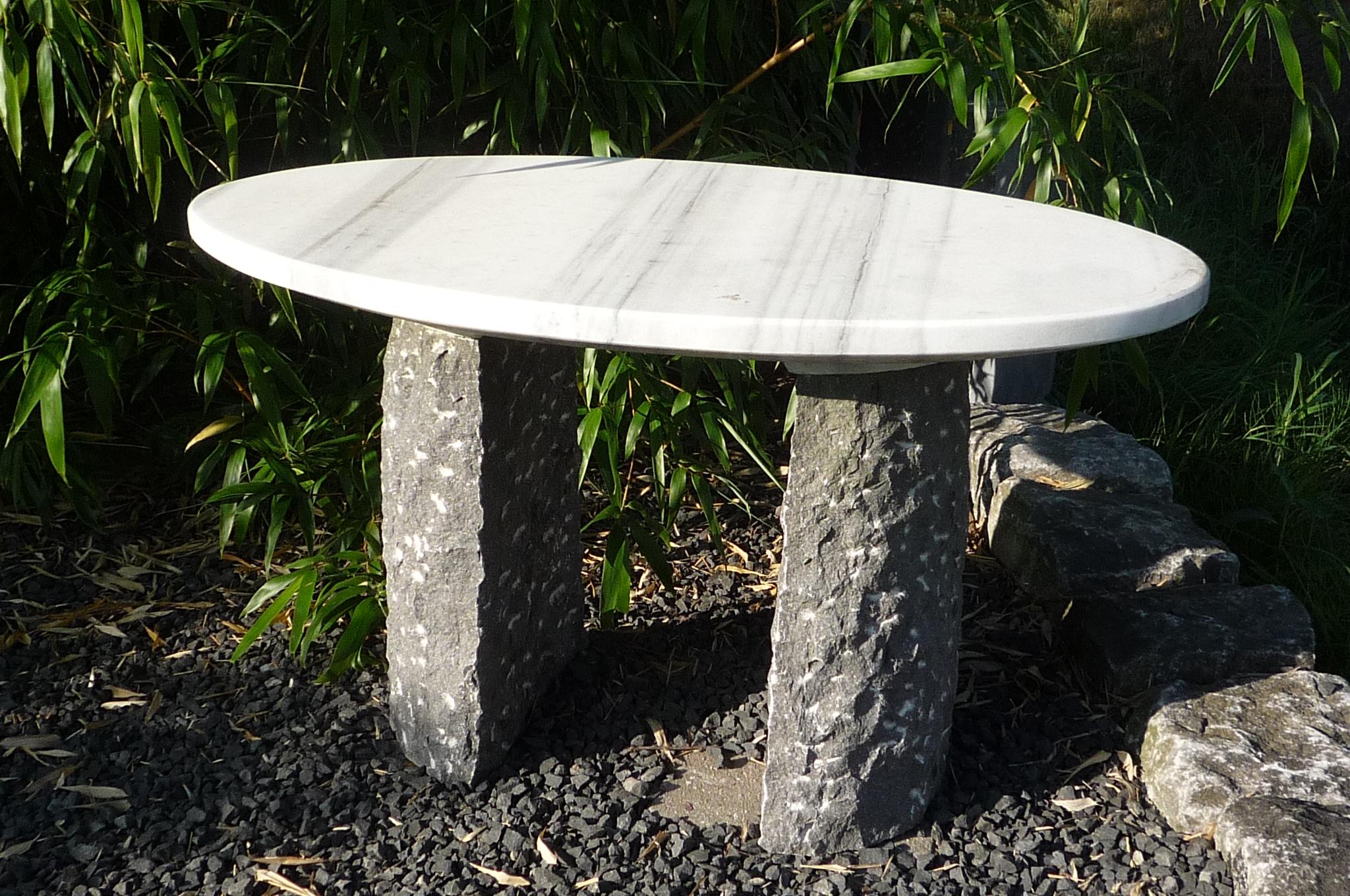 Deze tafel is populair en staat ergens, illegaal verkregen, in een tuin omgeving Leusden of Amersfoort. De vinder meld zich. Formaat 80 x 50 x 65 cm. Materialen: Zebra Marmer en Belgisch Hardsteen.