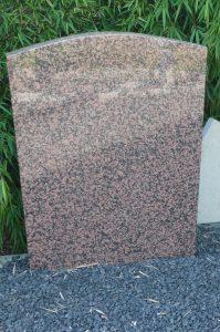 Traditioneel grafmonument in Balmoral graniet (zweden) de tekst is afgefreesd en op nieuw gepolijst