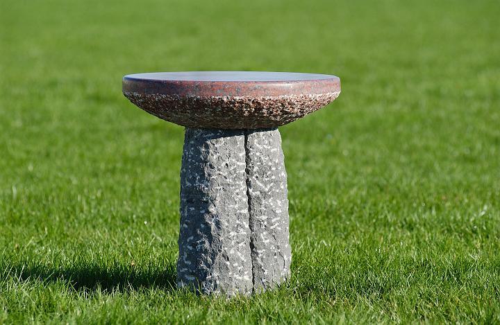 """Deze tuintafel is de salon tafel onder de tuin tafels. Goed te combineren met de bank """"Droomeiland"""" op je favoriete natuur plaats. Formaat diameter 60 x 65 cm. Materiaal: African Red, Belgisch Hardsteen. Andere maten en steensoorten/kleuren op aanvraag."""