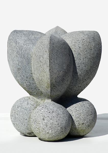 Dit beeld is geïnspireerd door een reliëf in brons van Matisse voorstellende een vrouw op de rug gezien. Hier heb ik een vierzijdige ruimtelijke versie van gemaakt met eigen interpretatie en associaties. Formaat: 25 x 25 x 40 cm, materiaal: Belgisch Hardsteen, Copyright Niek Wittebrood, 1998. Prijs op aanvraag. Neem contact op met Niek.