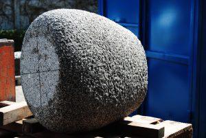 Dit in Beiers graniet gemaakte onderdeel is het laatste van dit beeld.