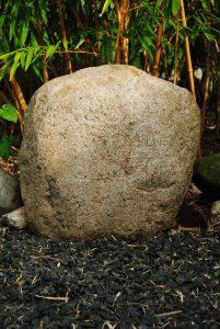 Deze mooie kei komt uit Noord Duitsland, geschikt als ecologisch monument.