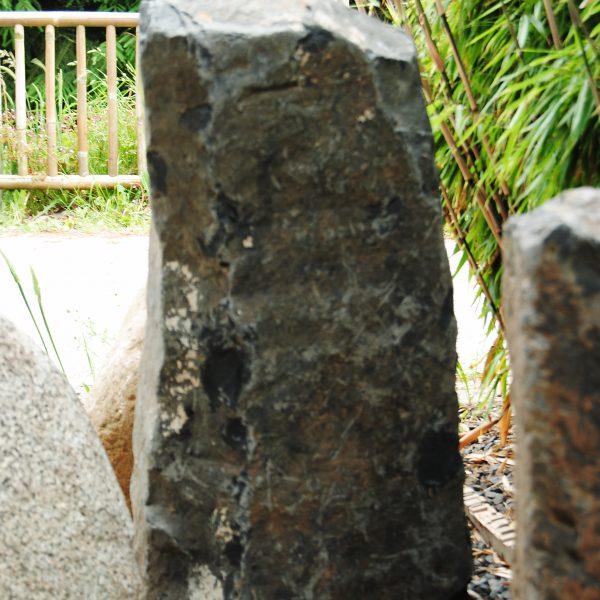Deze Duitse basalt zuil is diameter ca 25 en ca. 35 cm lang. Ze heeft een stevige basis en is wat hoekiger van uiterlijk.