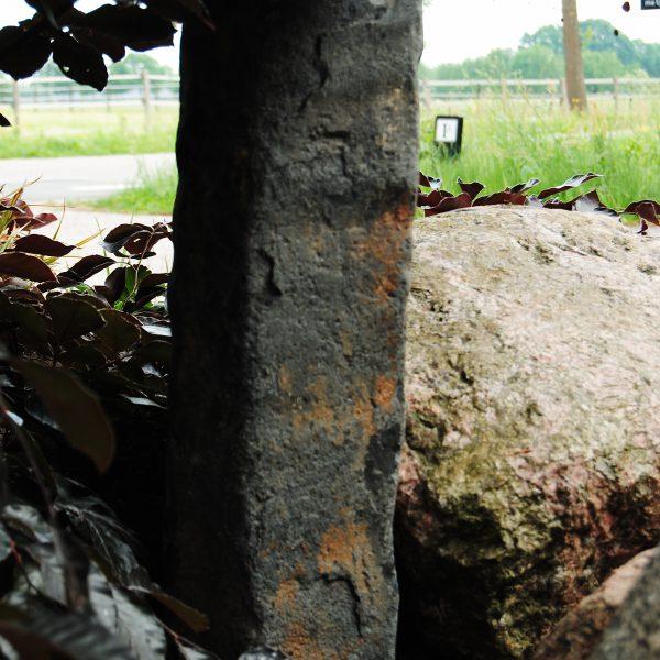 Deze Duitse basalt zuil is uitzonderlijk lang, ca 20 cm in diameter en 50 cm lang.