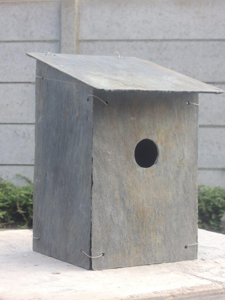 Vogel huisje voor de mus van oude daklei.